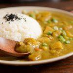 Bunte Currypfanne mit Erdnuss-Reis